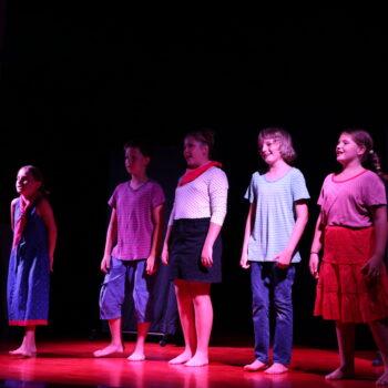 Fotocrtica: Polaznici glumačkog kampa izveli predstavu Crvenkapica u prometu